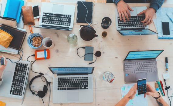 Die abgebildeten digitalen Devices brauchen digitale Kompetenz.