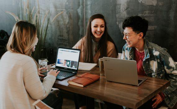 Team, das zusammen an der Wissenskommunikation arbeitet